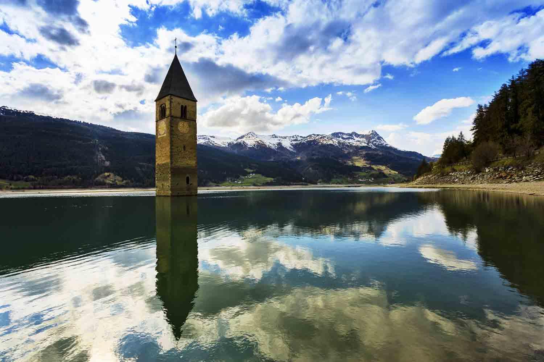 ... oppure trovando ristoro nei tantissimi rifugi che si trovano in questi  luoghi, tra le due province di Trento e Bolzano.